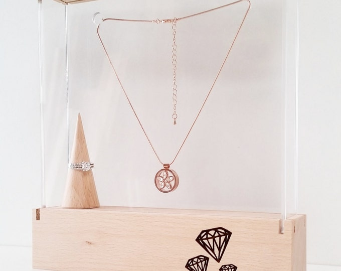 Jewelry display showcase for traveling jewelrydesigners craftshow or shopwindow with engraved diamant pattern