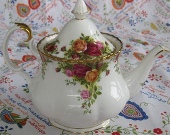 ROYAL ALBERT TEAPOT, Old Country Roses Bone China, Large Size. Great Condition. Made in England