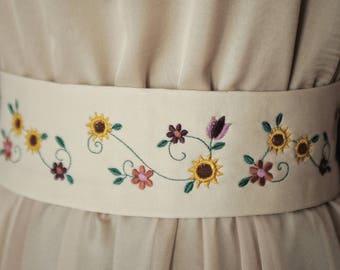 Embroidery ivory folk flowers belt