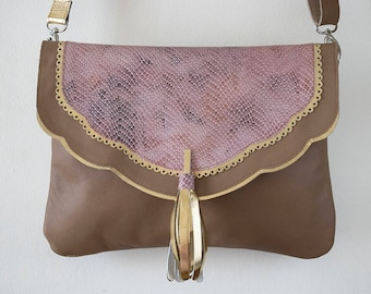 Crossbody bag in beige leather with details in leather and stamped type tone pink snake skin