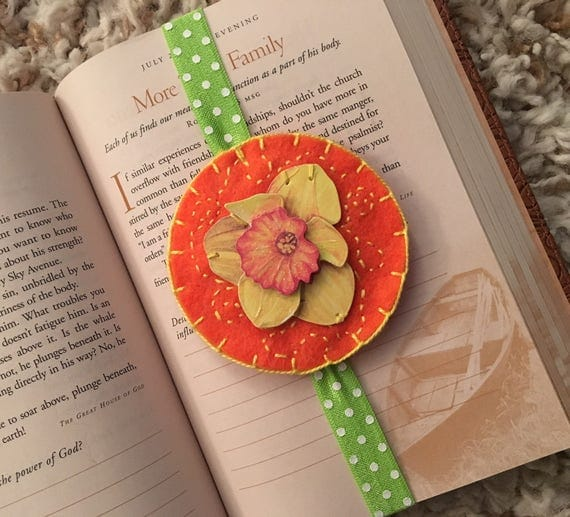 Daffodil bookmark, daffodil planner band, flower bookmark, gift for reader, hand embroidered, felt bookmark, journal marker, bookmarker