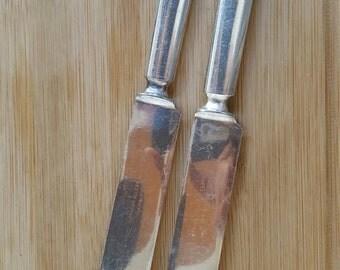 """Antique MERIDEN SILVER 1900 WINDSOR Solid Indented Blunt Dinner Knife w Bolster 9"""", Set of 2"""