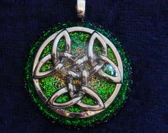 Green Anahata Celtic Knot Chakra-Tuning Blue Orgone 30mm Pendant 72 energy harmonizing crystals Quartz black cord / silver chain