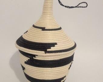 Basket/vase with lid on ethnic grounds, hand woven