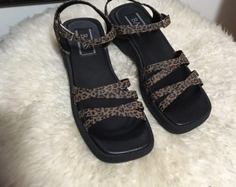 Vtg strappy leopard print chunky sandals