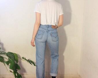 Vintage 80's | Light wash Levi's 501 jeans / Mid rise mom jeans / Button fly jeans | W28 L28