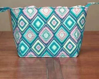 Hand-made quilted purse with liner,pockets and zipper closure,good for everyday personal use or to give as a gift.