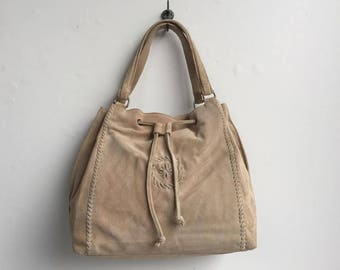 Drawstring Beige Suede Shoulder Bag by BARGANZA sorpresa!
