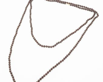 A long model garnets necklace with gold lock, Holland end 19th century, l. 190 cm.