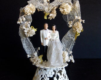 1950s Wedding Cake Topper / Vintage Bride and Groom / Lily of the Valley Heart-shaped Arch with Chrysanthemum Flowers