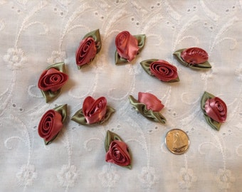 10 2.5 cm Barrel Ribbon Roses in Soft Plum Rose with Pale Green Leaves - Lot of 10
