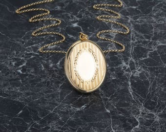Vintage Gold Oval Locket with Vine and Pin Stripe Detail, Locket with Frames, Classic Style Gold Locket