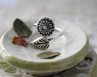 Silver Daisy Flower and Leaf Ring