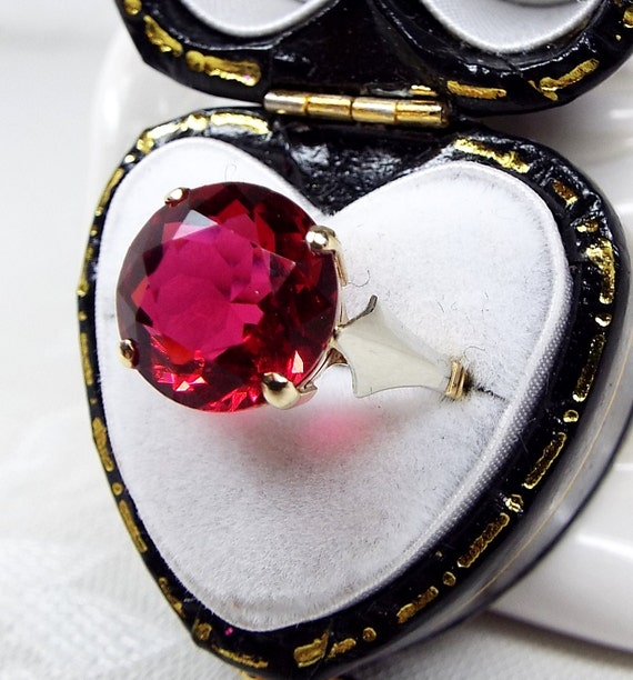 Vintage / Art Deco 9ct Yellow Gold Cherry Red Paste Solitaire Gem Ring / Size N