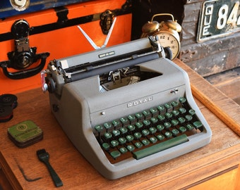Royal Quiet Deluxe Manual Typewriter - Royal Typewriter Co. Ltd. - Made in Canada - 100% Functional