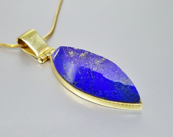 Stunning raw stone Lapis Lazuli pendant set in 18K gold - solid gold - gemstone - gift idea - classic pendant with modern design - AAA Grade