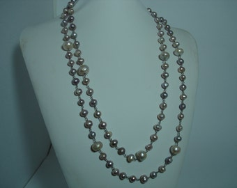 Long necklace with cultivated pink-gray in various dimension.