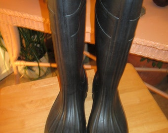 Vintage rubber rain boots or Wellington's. Made in USA. See description below for size. Rain, barn, gardening, mud, snow boots.