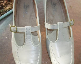 Vintage bone beige handcrafted T strap low heel leather shoes. Clinic Made in USA label. Size 9 1/2 M Barely worn vintage handcrafted shoe.