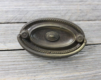Single vintage metal drawer pull. Elegant metal drawer pull