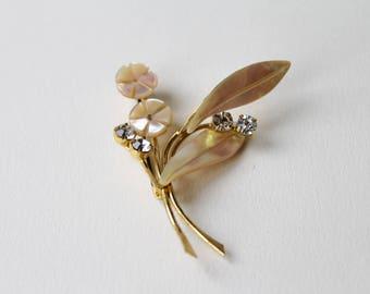 Vintage gold flower leaf pearl and mother of pearl brooch. 1950's faux pearl Flower brooch. Simple, classic flower MOP vintage gold brooch.