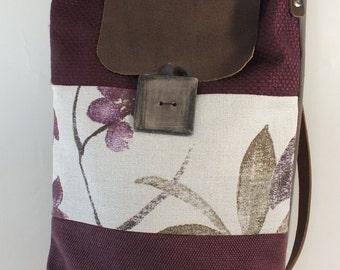 FABIANA: borsetta a tracolla di stoffa, fatta a mano, interamente foderata e bottone fatto a mano. Chiusura e tracolla in cuoio.
