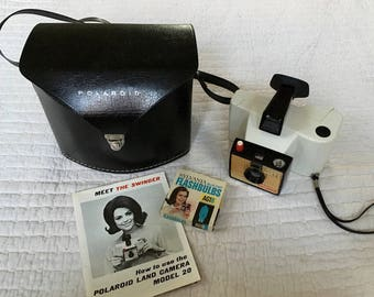 Very Cool Polaroid Swinger Model 20 Retro Camera Set and Carrying Case in LIKE NEW condition