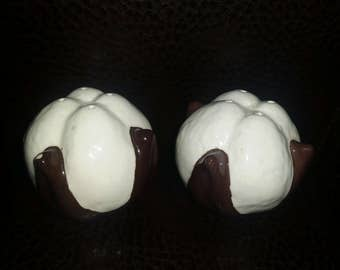 Cotton bowl shaped salt and pepper shakers