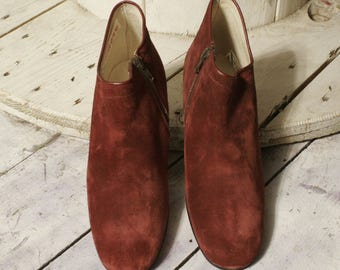 Vintege Suede Ankle Boots Burgundy. New deadstock. Measures 36 and 38. Made in italy