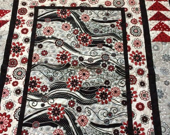 Quilt with white, black, grey and burgundy / red machine quilting / twin-double bed size / flowers / reversible / geometric shapes