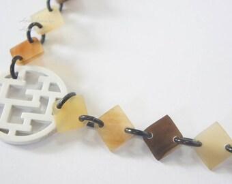 Charming horn and lacquer necklace with H letter pendant - collier en corne corne de buffle
