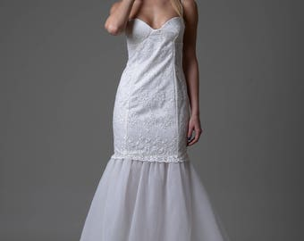 A line trumpet mermaid wedding dress, made of embroidered lace, and tulle