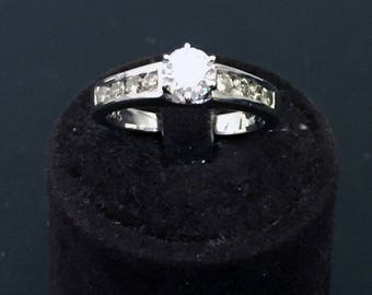 18-carat white gold Solitaire ring with 8 side diamonds