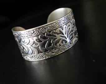 Art nouveau vintage 50s silver plated, cuff  bracelt with exotic leaves design. Size 7-7 1/2