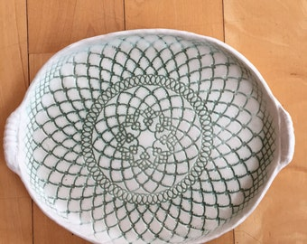 Tray in white matte with jade doily design