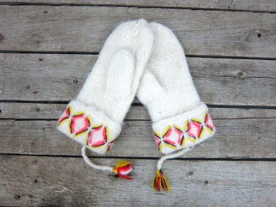 White Fuzzy Mittens Vintage Cozy Knit mittens Women's winter gloves Preppy Mittens Size Medium