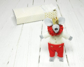 Heart plush Valentine miniature stuffed felt mouse king gold crown BJD Blythe pukifee toy doll handmade stuff felt animal mouse matchbox red
