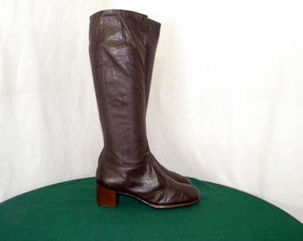 Sz 6.5 to 7 Vintage Tall Brown Leather 1960s Women Zip up Walking Boots.