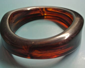 Vintage 1980s halftranslucent dark brown heavvy lucite plastic bangle bracelet with indifferent widht
