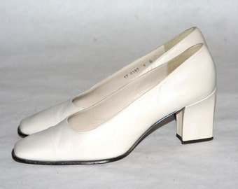 Queen of the 90's Shoe! Cream Coloured Leather Block Heel- Size 9 US