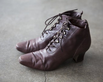 Vtg Brown Leather Victorian Inspired Lace Up Ankle Boots 90s High Heel Pixie Granny 8.5