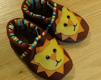 baby lion shoes size 4/ 6-12 months