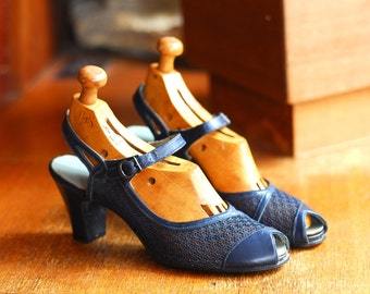 vintage 1940s shoes / 40s navy blue leather and mesh mary jane heels / size 7.5 narrow