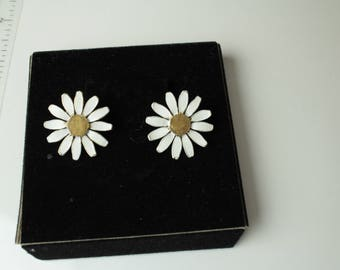 Signed ART Vintage Daisy/ Shasta  flower enameled earrings #979