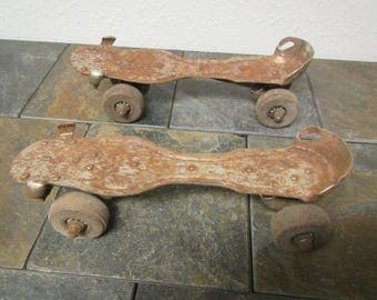 pair of Chicago Skate Co. Ware Bros.  Rusty metal ROLLER SKATES  size 9**  Aug 15 1914