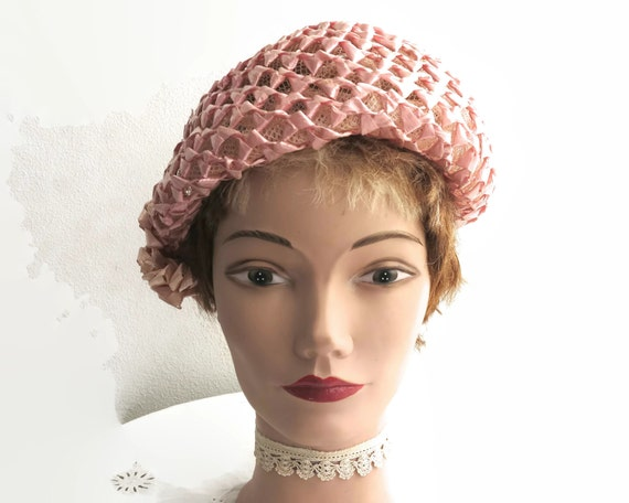 Mid 20th century pink straw open weave hat with raffia trim at the side, constructed over stiff net, lovely shape, fancy beret, circa 1950s