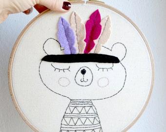 Broderie encadrée/ Décoration murale/ illustration originale/Petit ours indien /19cm diamètre/ Prêt à partir/ Pièce unique