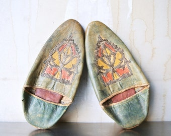 Beautiful Vintage Leather Moroccan Slippers - Aladdin Slippers - Babouche Slipper - Unisex Slippers - Embroidered Slippers - Boho