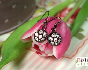 Long earrings with skulls and roses