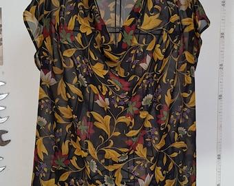 Sleveless blouse floral motif